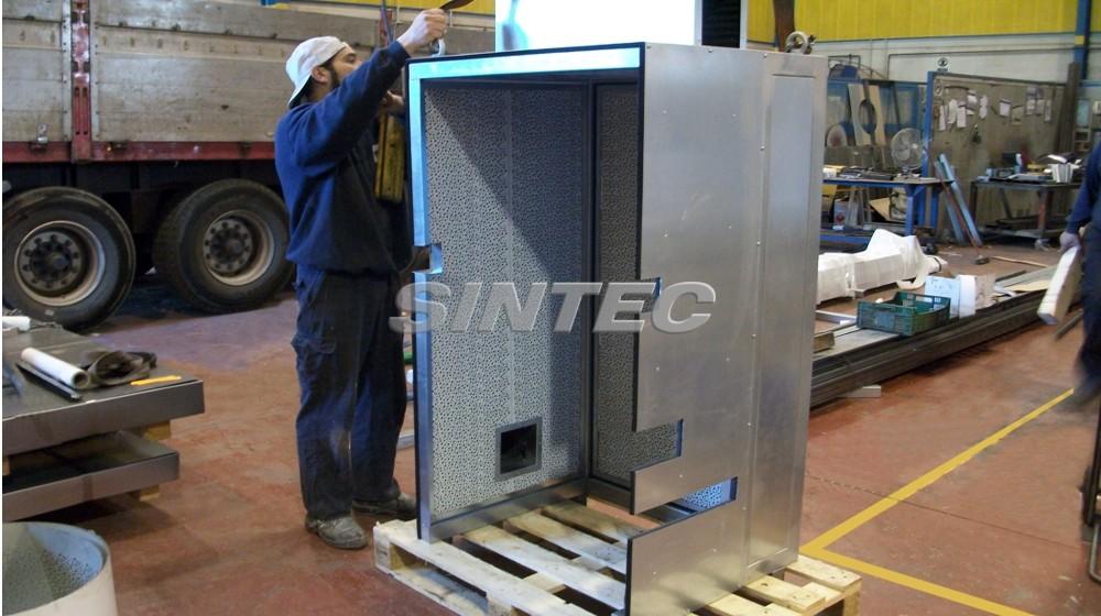 Pequeña cabina acústica adaptada al paso de instalaciones